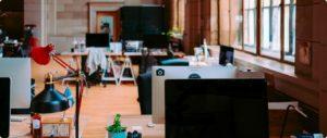 biuro, miejsca pracowników z laptopami